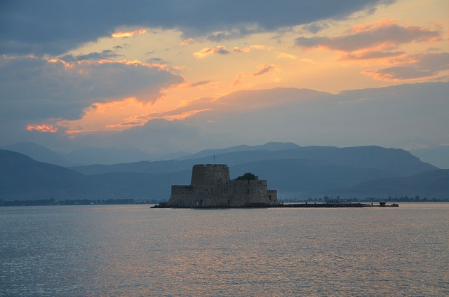 Нафплион. Вид на крепость в бухте города