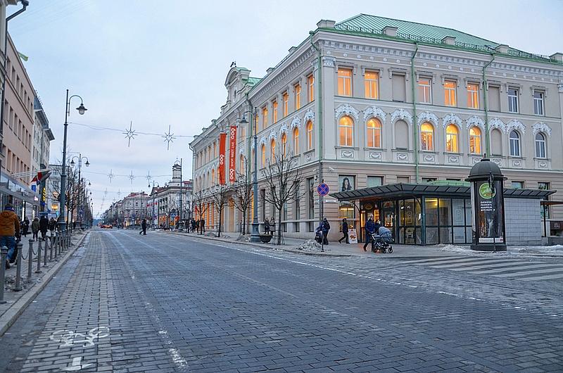 Пустой проспект Гедиминас и торговый центр с большим магазином H&M