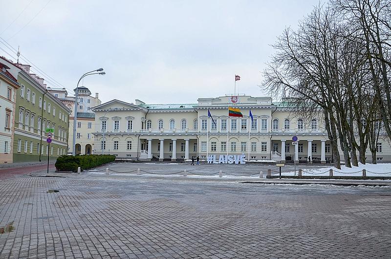 Администрация литовского президента. Когда президент в городе, его флаг развивается над зданием.