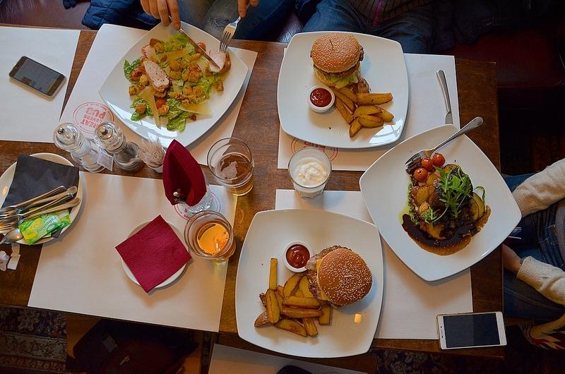 Типичный обед в Meat Lovers Pub в Вильнюсе