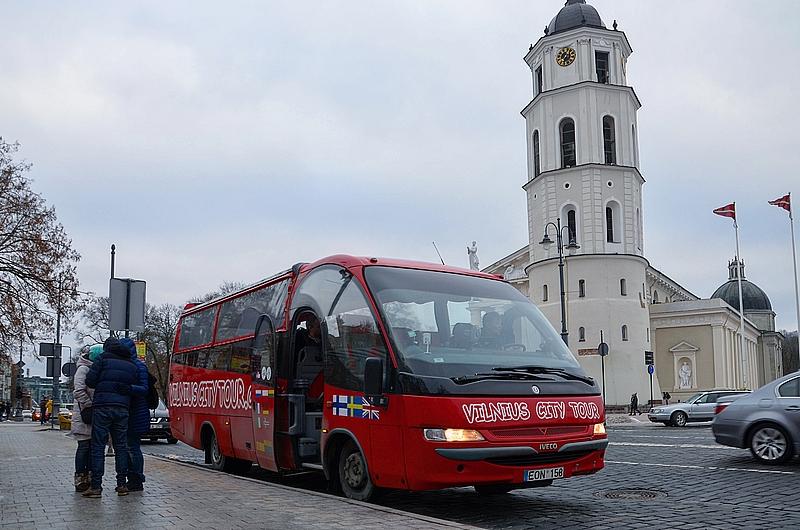 Экскурсионный автобус. По маршруту ездит он один. Объезжает большинство красивых улочек стороной.