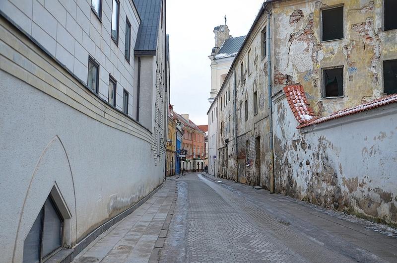 Старенькая обшарпанная улочка в Вильнюсе.