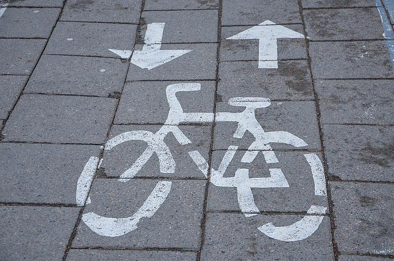 В Вильнюсе много выделенных дорожек для велосипедистов, но самих велосипедистов зимой нет.